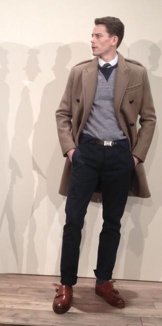 Темно-сине-белый галстук в горошек: с чем носить и как сочетать мужчине: Светло-коричневое длинное пальто в паре с темно-сине-белым галстуком в горошек поможет составить стильный и элегантный ансамбль. Коричневые кожаные монки с двумя ремешками позволят сделать ансамбль менее формальным.