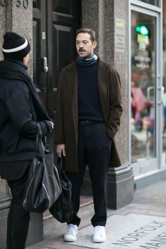Как и с чем носить: темно-коричневое длинное пальто, темно-синий свитер с круглым вырезом, темно-синие классические брюки в вертикальную полоску, белые низкие кеды