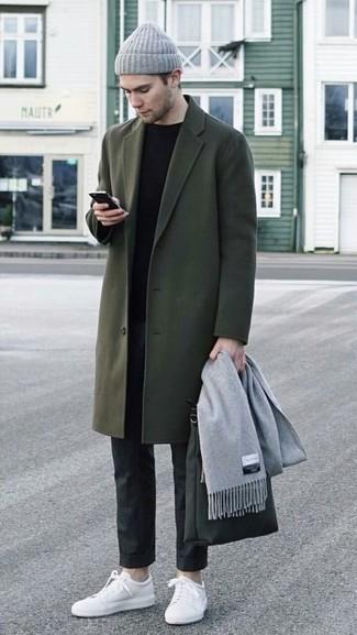 Как и с чем носить: оливковое длинное пальто, черный свитер с круглым вырезом, черные классические брюки, белые кожаные низкие кеды