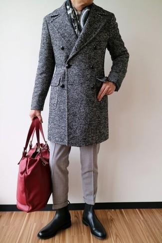 """Как и с чем носить: темно-серое длинное пальто с узором """"в ёлочку"""", бежевый свитер с круглым вырезом, бежевые шерстяные классические брюки, черные кожаные ботинки челси"""
