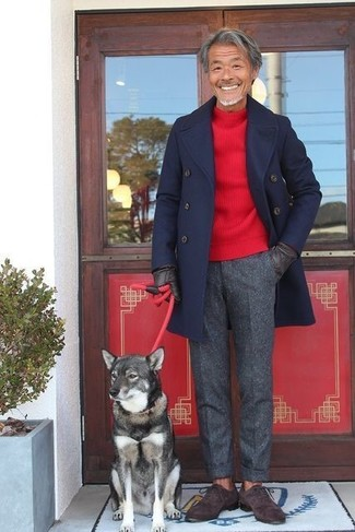 Как и с чем носить: темно-синее длинное пальто, красный свитер с круглым вырезом, темно-серые шерстяные классические брюки, темно-коричневые замшевые оксфорды