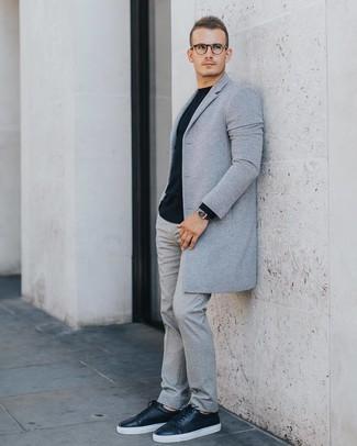 Как и с чем носить: серое длинное пальто, черный свитер с круглым вырезом, серые шерстяные классические брюки, черные кожаные низкие кеды