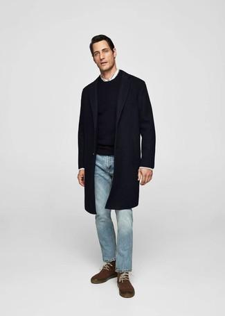 Как и с чем носить: темно-синее длинное пальто, черный свитер с круглым вырезом, белая рубашка с длинным рукавом, голубые джинсы