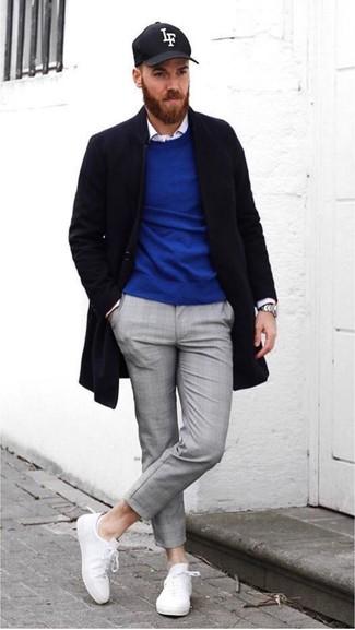 Как и с чем носить: черное длинное пальто, синий свитер с круглым вырезом, белая рубашка с длинным рукавом, серые брюки чинос