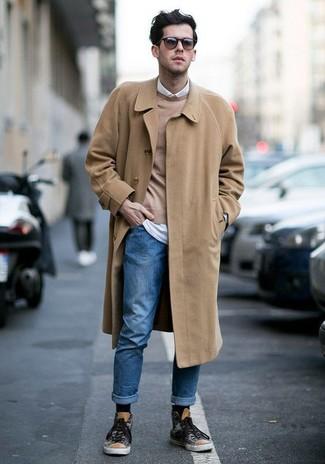 Как и с чем носить: светло-коричневое длинное пальто, светло-коричневый свитер с круглым вырезом, белая рубашка с длинным рукавом, синие джинсы