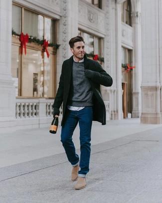 Как и с чем носить: черное длинное пальто, серый свитер с круглым вырезом, белая рубашка с длинным рукавом, синие джинсы