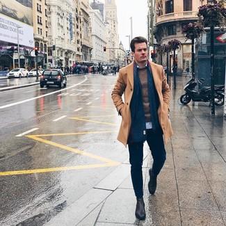 Как и с чем носить: светло-коричневое длинное пальто, коричневый свитер с круглым вырезом, голубая рубашка с длинным рукавом, темно-синие брюки чинос