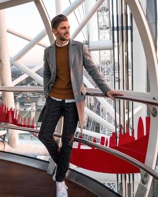 Как и с чем носить: серое длинное пальто, табачный свитер с круглым вырезом, белая рубашка с длинным рукавом, темно-серые шерстяные классические брюки в клетку