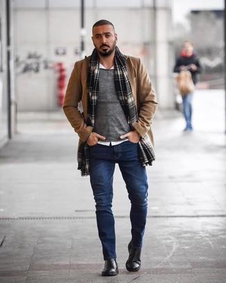 Как и с чем носить: светло-коричневое длинное пальто, серый свитер с круглым вырезом, белая рубашка с длинным рукавом, темно-синие джинсы