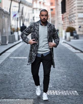Как и с чем носить: черно-белое твидовое длинное пальто, серый свитер с круглым вырезом, синяя рубашка с длинным рукавом из шамбре, черные брюки чинос