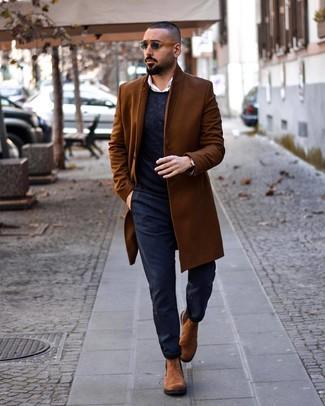 Как и с чем носить: коричневое длинное пальто, темно-синий свитер с круглым вырезом, белая рубашка с длинным рукавом, темно-синие брюки чинос