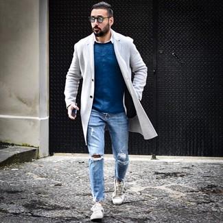 Как и с чем носить: серое длинное пальто, синий свитер с круглым вырезом, белая рубашка с длинным рукавом, голубые рваные джинсы