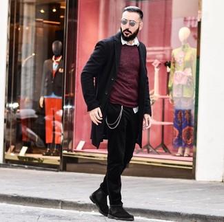 Как и с чем носить: черное длинное пальто, темно-красный свитер с круглым вырезом, белая рубашка с длинным рукавом, черные джинсы
