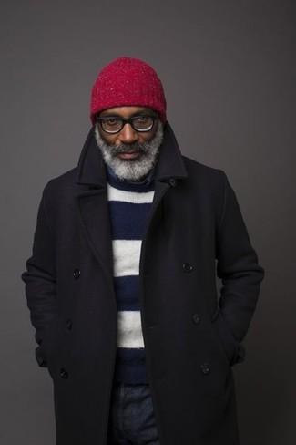 Как и с чем носить: черное длинное пальто, темно-сине-белый свитер с круглым вырезом в горизонтальную полоску, темно-синяя рубашка с длинным рукавом из шамбре, темно-синие джинсы