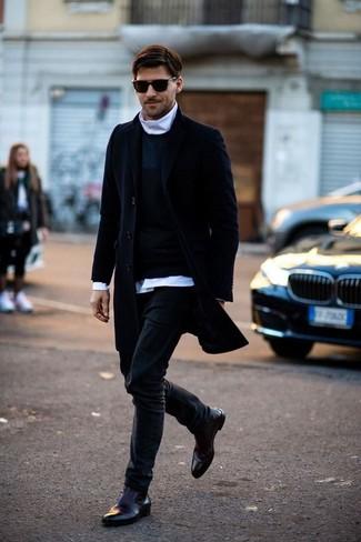Белая рубашка с длинным рукавом: с чем носить и как сочетать мужчине: Белая рубашка с длинным рукавом и черные джинсы — идеальный выбор, если ты ищешь расслабленный, но в то же время стильный мужской ансамбль. Думаешь добавить в этот лук толику строгости? Тогда в качестве дополнения к этому ансамблю, обрати внимание на темно-красные кожаные ботинки челси.