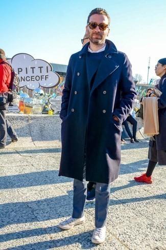 Темно-синее длинное пальто: с чем носить и как сочетать: Темно-синее длинное пальто в паре с серыми классическими брюками позволит создать стильный и мужественный ансамбль. Этот образ прекрасно дополнят белые низкие кеды из плотной ткани.