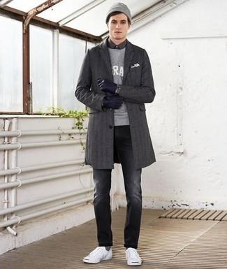 Темно-синие кожаные перчатки: с чем носить и как сочетать мужчине: Если у тебя наметился насыщенный день, сочетание темно-серого длинного пальто и темно-синих кожаных перчаток позволит создать удобный лук в стиле кэжуал. Что до обуви, белые низкие кеды из плотной ткани — наиболее целесообразный вариант.