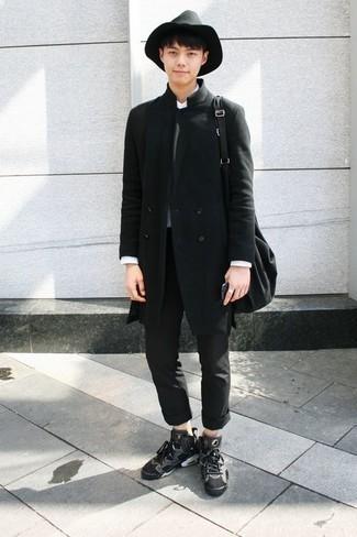 Темно-серый свитер с круглым вырезом: с чем носить и как сочетать мужчине: Темно-серый свитер с круглым вырезом и черные брюки чинос выигрышно вписываются в гардероб самых взыскательных молодых людей. Нравится рисковать? Тогда дополни ансамбль темно-серыми высокими кедами из плотной ткани.