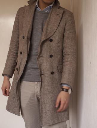 Мужские луки в холод: Комбо из коричневого длинного пальто и серого свитера с круглым вырезом позволит подчеркнуть твой оригинальный личный стиль и выделиться из толпы.