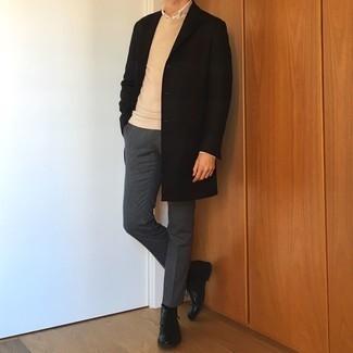 С чем носить белую рубашку с длинным рукавом мужчине: Несмотря на то, что это довольно-таки консервативный образ, дуэт белой рубашки с длинным рукавом и темно-серых классических брюк приходится по душе стильным мужчинам, непременно пленяя при этом сердца представительниц прекрасного пола. Создать стильный контраст с остальными вещами из этого ансамбля помогут черные кожаные ботинки дезерты.