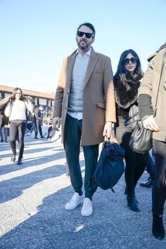Как одеваться мужчине за 40: Сочетание светло-коричневого длинного пальто и темно-бирюзовых вельветовых брюк чинос поможет выглядеть модно, но при этом подчеркнуть твой индивидуальный стиль.