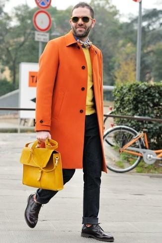 Как и с чем носить: оранжевое длинное пальто, желтый свитер с круглым вырезом, синяя рубашка с длинным рукавом, черные джинсы