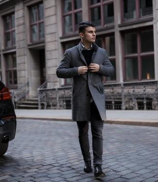 С чем носить темно-серые джинсы мужчине: Темно-серое длинное пальто в клетку и темно-серые джинсы — must have вещи в гардеробе парней с хорошим чувством стиля. Пара черных кожаных повседневных ботинок выигрышно интегрируется в этот ансамбль.
