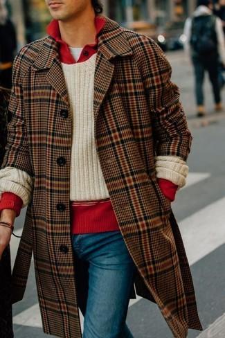 Как и с чем носить: коричневое длинное пальто в шотландскую клетку, бежевый вязаный свитер с круглым вырезом, красный свитер с воротником поло, белая футболка с круглым вырезом