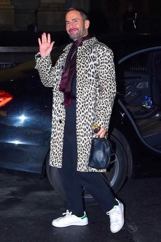 Как и с чем носить: бежевое длинное пальто с леопардовым принтом, темно-синий свитер с круглым вырезом, темно-синие спортивные штаны, белые кожаные низкие кеды