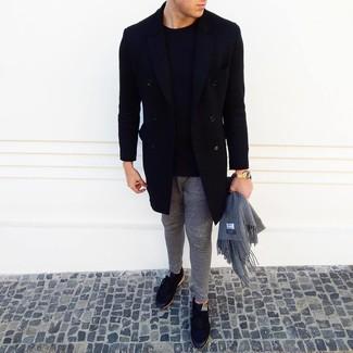 Как и с чем носить: черное длинное пальто, черный свитер с круглым вырезом, серые спортивные штаны, черные низкие кеды
