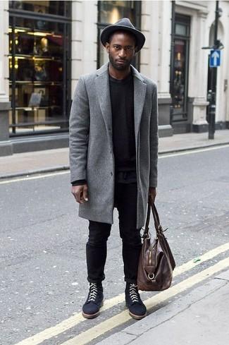 Как и с чем носить: серое длинное пальто, черный свитер с круглым вырезом, черная футболка с круглым вырезом, черные джинсы