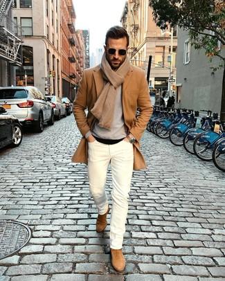 Как и с чем носить: светло-коричневое длинное пальто, серый свитер с круглым вырезом, черная футболка с круглым вырезом, белые зауженные джинсы