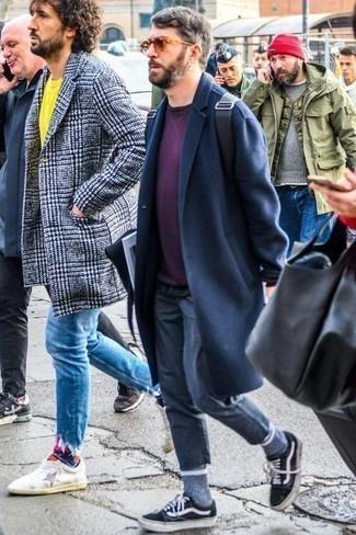 С чем носить черный рюкзак мужчине: Темно-синее длинное пальто и черный рюкзак — хорошая формула для создания приятного и несложного образа. В паре с этим луком наиболее выигрышно будут выглядеть черно-белые низкие кеды из плотной ткани.