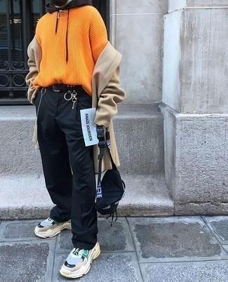 Разноцветные кроссовки: с чем носить и как сочетать мужчине: Светло-коричневое длинное пальто в паре с черными брюками чинос — замечательный пример вольного офисного стиля для парней. Этот ансамбль отлично дополнят разноцветные кроссовки.