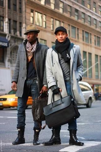 Как и с чем носить: серое длинное пальто, серый свитер с круглым вырезом, темно-синий худи, синие джинсы