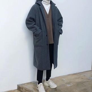 Как и с чем носить: темно-синее длинное пальто, коричневый свитер с v-образным вырезом, белая водолазка, черные классические брюки