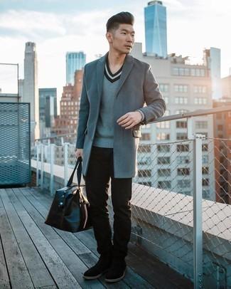 С чем носить черные замшевые ботинки челси мужчине: Сочетание серого длинного пальто и черных джинсов позволит воплотить в твоем образе городской стиль современного парня. Думаешь сделать образ немного элегантнее? Тогда в качестве дополнения к этому ансамблю, стоит выбрать черные замшевые ботинки челси.