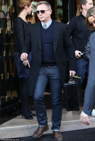 Как Daniel Craig носит Черное длинное пальто, Темно-синий свитер с v-образным вырезом, Серая классическая рубашка, Темно-синие джинсы
