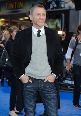 Как Daniel Craig носит Черное длинное пальто, Серый свитер с v-образным вырезом, Белая классическая рубашка, Темно-синие джинсы