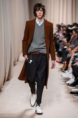 Как и с чем носить: табачное длинное пальто, серый свитер с v-образным вырезом, голубая классическая рубашка, черные классические брюки