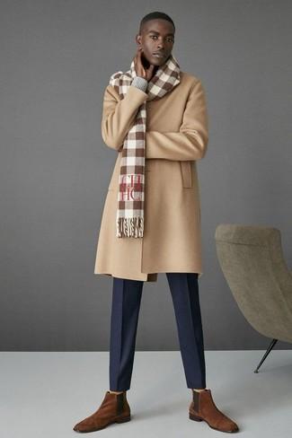 Как и с чем носить: светло-коричневое длинное пальто, серый свитер с v-образным вырезом, темно-синие классические брюки, коричневые замшевые ботинки челси