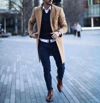 Как и с чем носить: светло-коричневое длинное пальто, темно-синий свитер с v-образным вырезом, белая рубашка с длинным рукавом, темно-синие зауженные джинсы