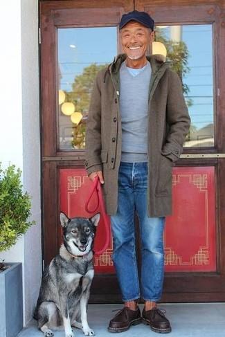 Как и с чем носить: оливковое длинное пальто, серый свитер с v-образным вырезом, голубая футболка с круглым вырезом, синие джинсы