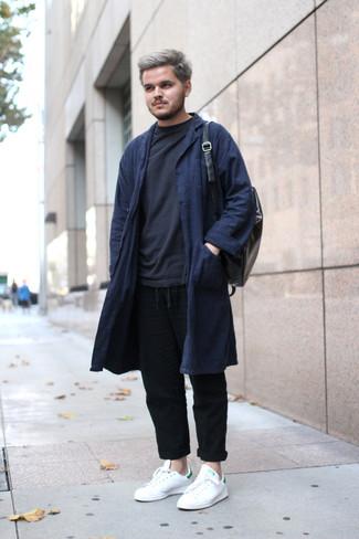 Как и с чем носить: темно-синее длинное пальто, черный свитшот, черные льняные брюки чинос, белые кожаные низкие кеды