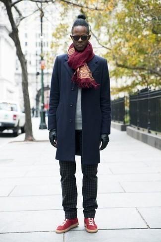 Красные низкие кеды из плотной ткани: с чем носить и как сочетать мужчине: Поклонникам стиля business casual полюбится сочетание темно-синего длинного пальто и черных брюк чинос в клетку. Чтобы добавить в образ чуточку легкой небрежности , на ноги можно надеть красные низкие кеды из плотной ткани.