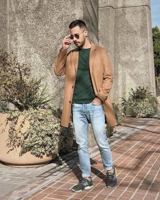 Как и с чем носить: светло-коричневое длинное пальто, темно-зеленый свитшот, голубые джинсы, темно-серые кроссовки