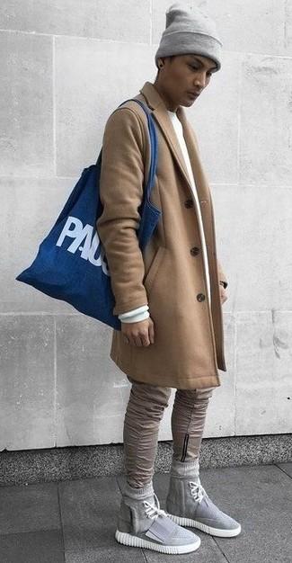 Как и с чем носить: светло-коричневое длинное пальто, белый свитшот, светло-коричневые зауженные джинсы, серые высокие кеды из плотной ткани