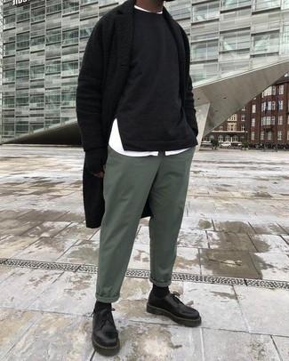 Как и с чем носить: черное длинное пальто, черный свитшот, белая рубашка с длинным рукавом, зеленые брюки чинос