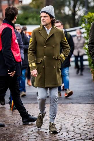 Как и с чем носить: оливковое длинное пальто, серый свитшот, белая рубашка с длинным рукавом, серые спортивные штаны