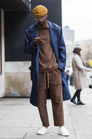 Белые носки: с чем носить и как сочетать мужчине: Темно-синее длинное пальто и белые носки — отличная формула для воплощения привлекательного и простого образа. Вместе с этим ансамблем органично смотрятся белые кожаные низкие кеды.